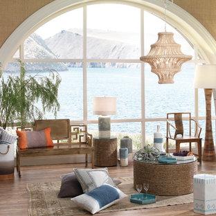 シアトルの中サイズのトロピカルスタイルのおしゃれなファミリールーム (白い壁、無垢フローリング、コーナー設置型暖炉) の写真