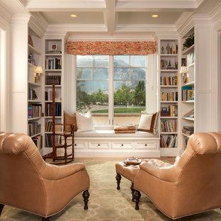 Réalisation d'une salle de séjour avec une bibliothèque ou un coin lecture tradition de taille moyenne et fermée avec un sol en bois brun, aucune cheminée et un sol marron.