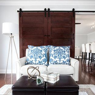 Idee per un soggiorno tradizionale di medie dimensioni e chiuso con sala giochi, pareti grigie, pavimento in legno massello medio, nessun camino e TV autoportante