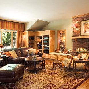 シアトルの大きいコンテンポラリースタイルのおしゃれなオープンリビング (緑の壁、無垢フローリング、標準型暖炉、レンガの暖炉まわり、壁掛け型テレビ、茶色い床) の写真