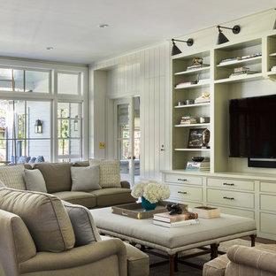 サンフランシスコの大きいトラディショナルスタイルのおしゃれな独立型ファミリールーム (濃色無垢フローリング、壁掛け型テレビ、緑の壁、暖炉なし、茶色い床) の写真