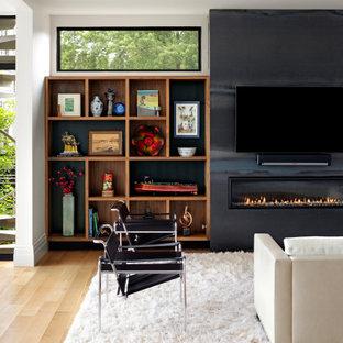 Esempio di un ampio soggiorno moderno aperto con pareti bianche, parquet chiaro, camino lineare Ribbon, TV a parete, pavimento marrone e cornice del camino in metallo