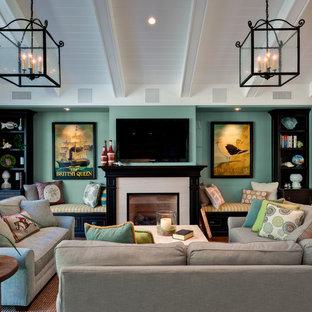 Foto di un soggiorno chic di medie dimensioni e aperto con camino classico, TV a parete, pareti verdi e cornice del camino in pietra