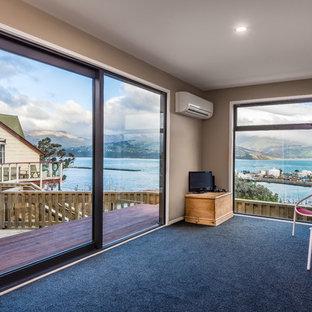 Esempio di un soggiorno minimal di medie dimensioni e aperto con pareti marroni, moquette, nessun camino, TV autoportante e pavimento blu