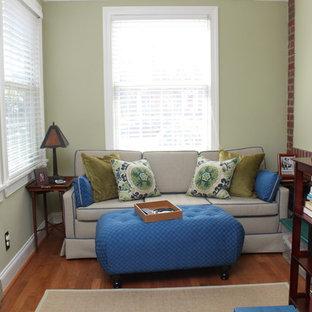 Idées déco pour une salle de séjour contemporaine de taille moyenne et fermée avec un mur vert, un sol en bois brun, aucune cheminée et aucun téléviseur.