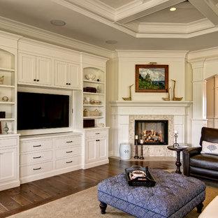 他の地域のトラディショナルスタイルのおしゃれなファミリールーム (コーナー設置型暖炉、タイルの暖炉まわり) の写真