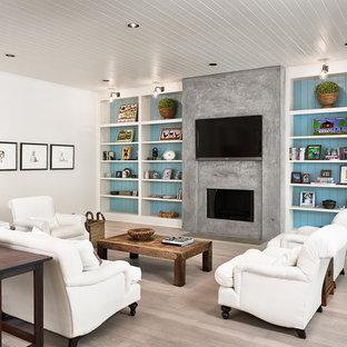 Inspiration pour une salle de séjour rustique avec un sol en bois clair, une cheminée ribbon, un manteau de cheminée en béton, un téléviseur fixé au mur et un mur multicolore.