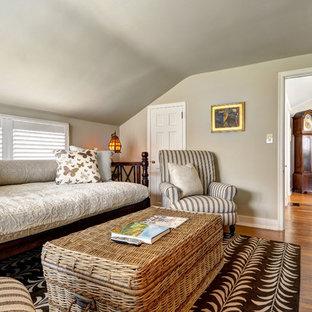 Imagen de sala de estar cerrada, campestre, pequeña, sin chimenea, con paredes beige, suelo de madera en tonos medios y televisor colgado en la pared