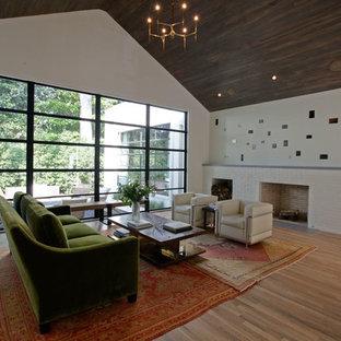 アトランタのコンテンポラリースタイルのおしゃれなファミリールーム (白い壁、淡色無垢フローリング、標準型暖炉、レンガの暖炉まわり) の写真