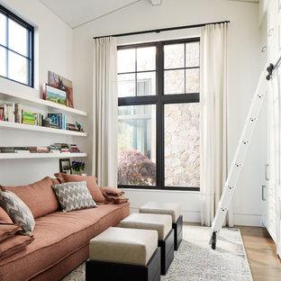 Свежая идея для дизайна: гостиная комната в стиле кантри с библиотекой, белыми стенами и паркетным полом среднего тона без камина - отличное фото интерьера