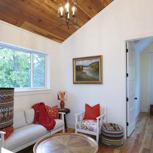 Immagine di un soggiorno country con pareti bianche e pavimento in legno massello medio
