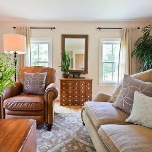 Modelo de sala de estar cerrada, campestre, grande, sin chimenea, con paredes blancas, suelo de madera clara y suelo beige