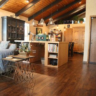 Esempio di un soggiorno stile rurale con pavimento in laminato e pavimento marrone