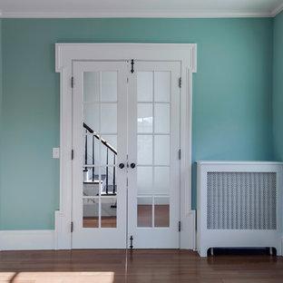 Idee per un ampio soggiorno costiero chiuso con sala della musica, pareti blu, pavimento in legno massello medio, camino classico, cornice del camino in mattoni e nessuna TV