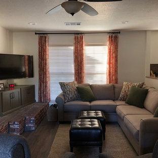 Стильный дизайн: открытая гостиная комната среднего размера в классическом стиле с белыми стенами, стандартным камином, коричневым полом, темным паркетным полом, фасадом камина из кирпича и угловым ТВ - последний тренд
