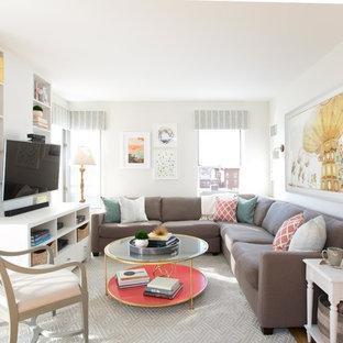 ボストンの中サイズのトランジショナルスタイルのおしゃれなファミリールーム (白い壁、淡色無垢フローリング、暖炉なし、壁掛け型テレビ、ベージュの床) の写真