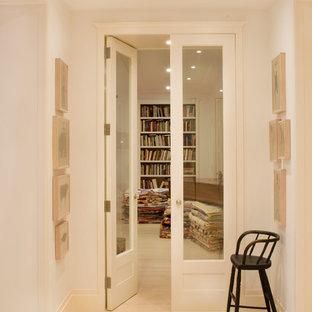 Idee per un soggiorno tradizionale di medie dimensioni e aperto con libreria, pareti bianche, parquet chiaro, nessun camino, parete attrezzata e pavimento bianco