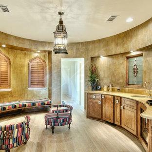 Diseño de sala de estar con barra de bar de estilo zen, grande, con paredes beige y suelo de madera clara