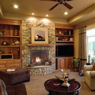 Foto di un grande soggiorno american style chiuso con pareti beige, moquette, camino classico, cornice del camino in pietra e parete attrezzata