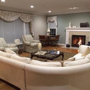 Réalisation d'une salle de séjour craftsman de taille moyenne et fermée avec un mur vert, un sol en bois clair, une cheminée standard et un manteau de cheminée en pierre.