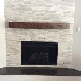 中くらいのカントリー風おしゃれなオープンリビング (白い壁、カーペット敷き、コーナー設置型暖炉、タイルの暖炉まわり、壁掛け型テレビ、マルチカラーの床) の写真
