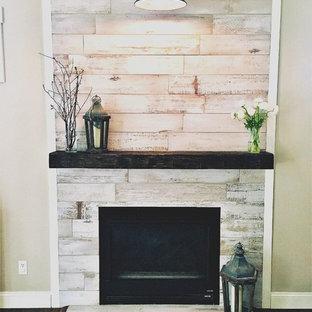 ポートランドの中サイズのカントリー風おしゃれなファミリールーム (ベージュの壁、無垢フローリング、標準型暖炉、タイルの暖炉まわり、茶色い床) の写真