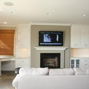 オレンジカウンティの中サイズのビーチスタイルのおしゃれなファミリールーム (グレーの壁、スレートの床、標準型暖炉、漆喰の暖炉まわり、壁掛け型テレビ) の写真