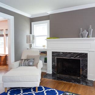 ニューヨークの小さいミッドセンチュリースタイルのおしゃれなファミリールーム (ライブラリー、グレーの壁、無垢フローリング、標準型暖炉、石材の暖炉まわり、内蔵型テレビ) の写真