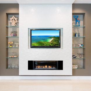 Ispirazione per un ampio soggiorno minimal aperto con pareti bianche, pavimento in gres porcellanato, camino lineare Ribbon, cornice del camino piastrellata e TV a parete