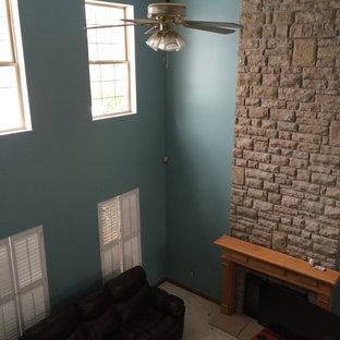 コロンバスの巨大なコンテンポラリースタイルのおしゃれなオープンリビング (緑の壁、カーペット敷き、標準型暖炉、レンガの暖炉まわり) の写真