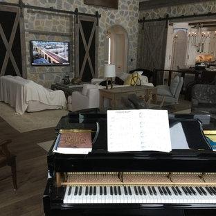 Diseño de sala de estar con rincón musical abierta, de estilo de casa de campo, extra grande, sin televisor, con suelo de madera en tonos medios