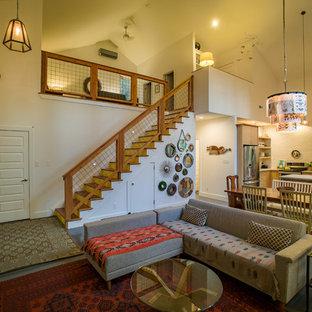 Imagen de sala de estar tipo loft, de estilo de casa de campo, pequeña, sin chimenea, con paredes beige, suelo de cemento y televisor independiente