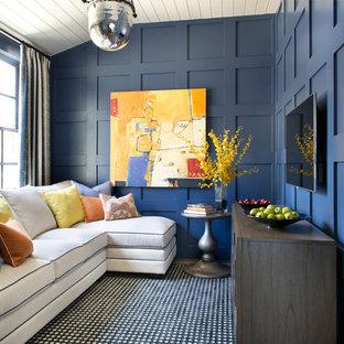 Aménagement d'une salle de séjour classique de taille moyenne et fermée avec un mur bleu, aucune cheminée, un téléviseur fixé au mur, un sol en bois brun et un sol marron.