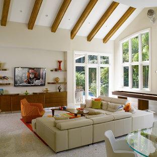 Foto di un soggiorno minimal con sala giochi, pareti beige, nessun camino e TV a parete
