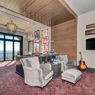Esempio di un grande soggiorno chic chiuso con pareti grigie, moquette, TV a parete, pavimento viola e nessun camino