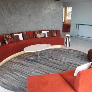 Imagen de sala de estar abierta, actual, pequeña, con paredes grises y suelo de mármol