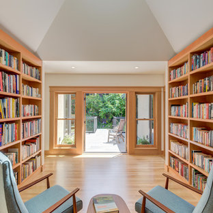 Foto di un soggiorno stile americano con libreria, pareti bianche, parquet chiaro e pavimento beige