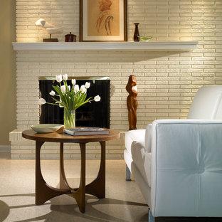 オーランドの中サイズのモダンスタイルのおしゃれな独立型ファミリールーム (ベージュの壁、リノリウムの床、標準型暖炉、レンガの暖炉まわり) の写真