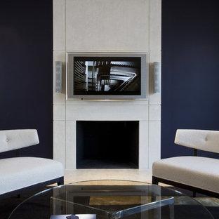 ワシントンD.C.のコンテンポラリースタイルのおしゃれなファミリールーム (標準型暖炉、壁掛け型テレビ、青い壁) の写真