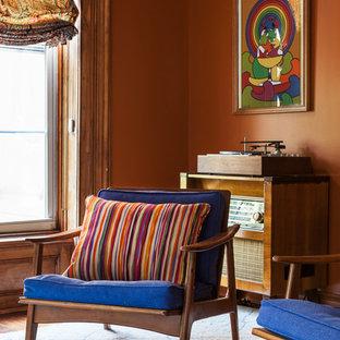 Inspiration pour une salle de séjour bohème de taille moyenne et fermée avec une salle de musique, un mur marron et un sol en bois foncé.