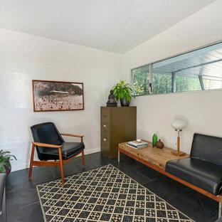 フェニックスの中くらいのミッドセンチュリースタイルのおしゃれな独立型ファミリールーム (ミュージックルーム、白い壁、スレートの床、暖炉なし、テレビなし) の写真