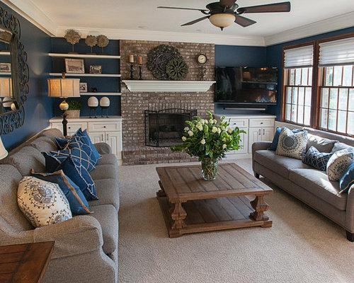 Salle de s jour avec un manteau de chemin e en brique et for Salle de sejour bleu