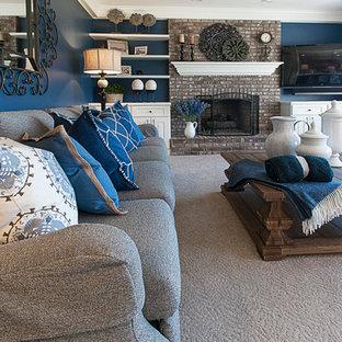 他の地域の中サイズのトラディショナルスタイルのおしゃれな独立型ファミリールーム (青い壁、カーペット敷き、標準型暖炉、レンガの暖炉まわり、壁掛け型テレビ) の写真