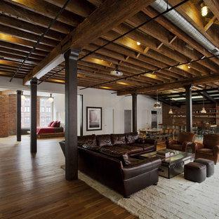 Ejemplo de sala de estar abierta, urbana, grande, con paredes multicolor, suelo de madera clara y suelo marrón