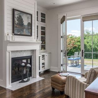 Réalisation d'une salle de séjour champêtre avec un bar de salon, un mur blanc, un sol en bois foncé, une cheminée standard, un manteau de cheminée en carrelage, aucun téléviseur et un sol marron.