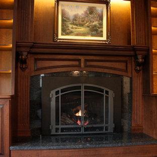 ワシントンD.C.の中サイズのトラディショナルスタイルのおしゃれな独立型ファミリールーム (無垢フローリング、標準型暖炉、木材の暖炉まわり) の写真