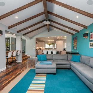 Aménagement d'une grande salle de séjour contemporaine ouverte avec un bar de salon, un mur vert, un sol en bois foncé, une cheminée standard, un manteau de cheminée en carrelage et un téléviseur fixé au mur.