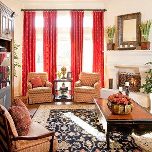 Klassisches Wohnzimmer mit beiger Wandfarbe und Eckkamin in Dallas