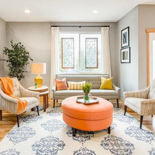 Modelo de sala de estar con rincón musical abierta, clásica renovada, sin televisor y chimenea, con paredes grises y suelo de madera clara