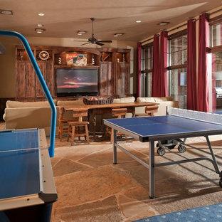 Foto di un ampio soggiorno stile rurale aperto con sala giochi, pareti beige, pavimento in ardesia, nessun camino, parete attrezzata e pavimento multicolore